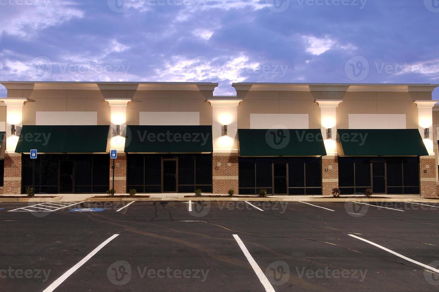 vista è spazio commerciale con più parcheggi foto