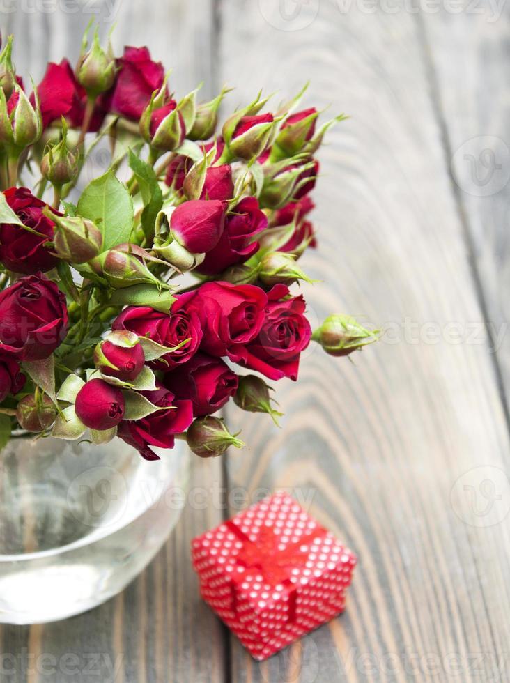 rose rosse e confezione regalo foto