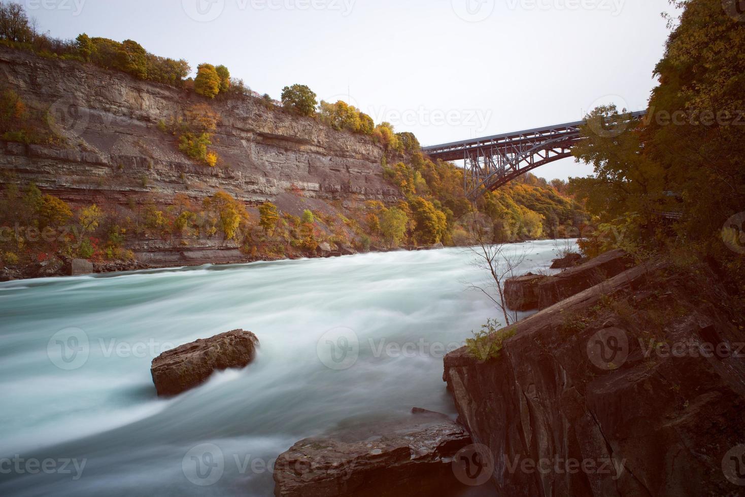 vista della gola del Niagara sotto le cascate del Niagara, Ontario, Canada foto
