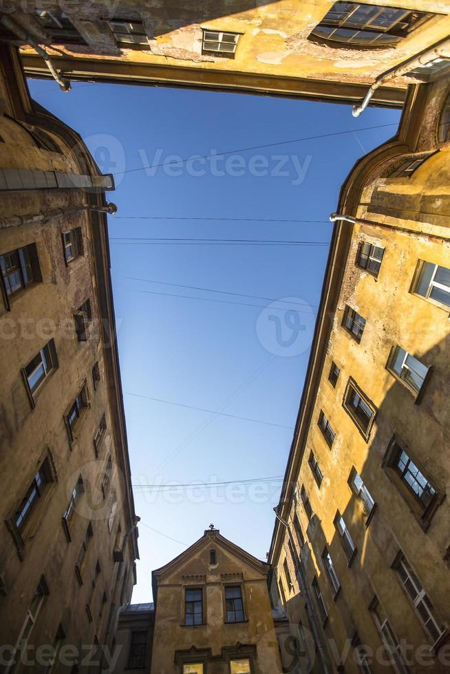 tradizionale cortile-bene nella vecchia architettura di st. Pietroburgo in Russia. foto