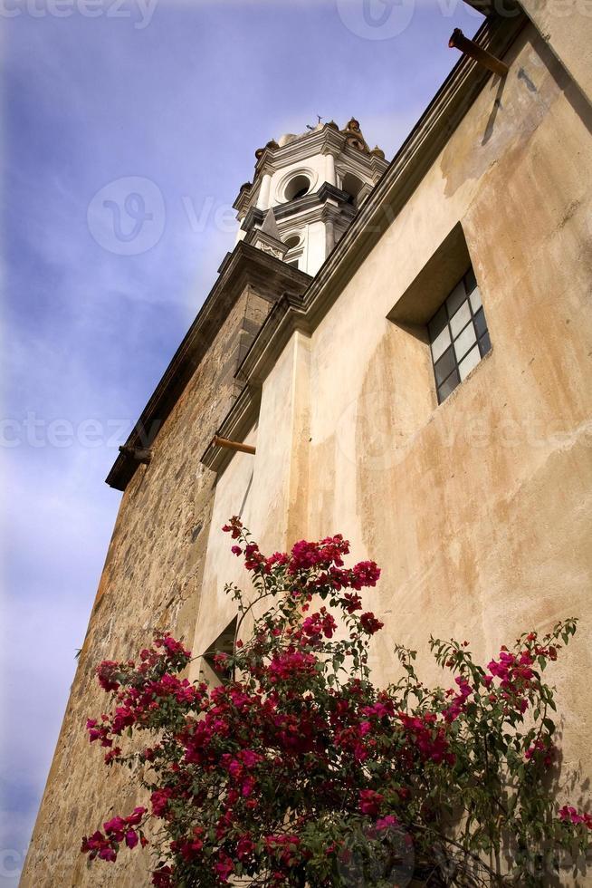 chiesa di pietra bianca Bouganvillea rossa Messico foto