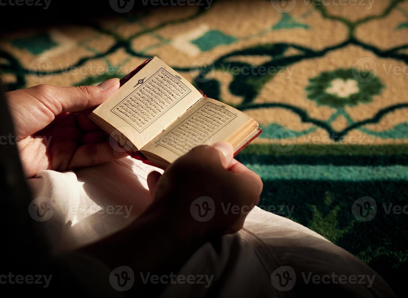leggendo il Corano foto