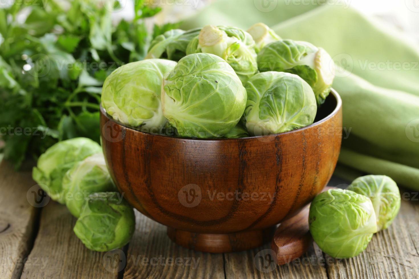 cavoletti di Bruxelles verdi organici crudi freschi foto