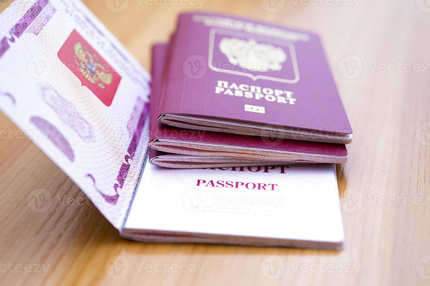 passaporto sul tavolo foto