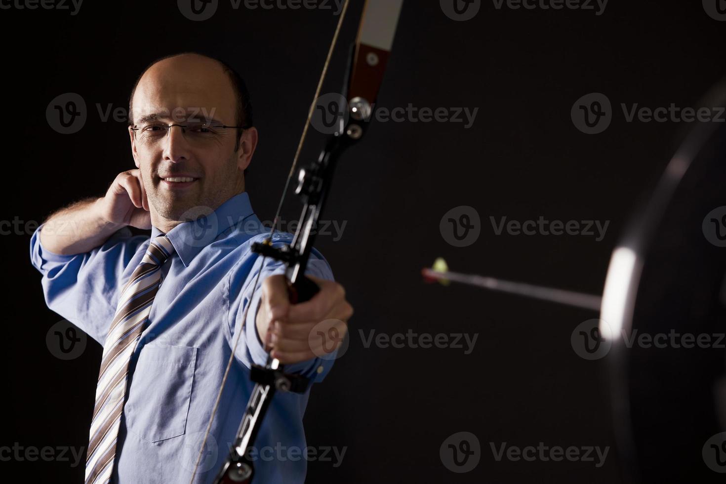 l'uomo d'affari ha colpito l'obiettivo con la freccia. foto