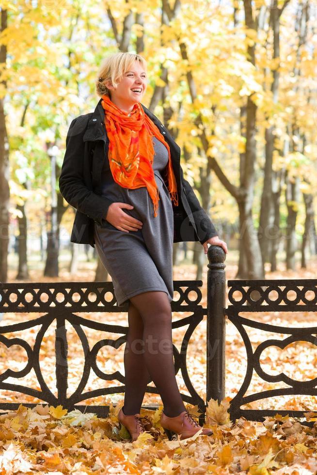 donna incinta nel parco d'autunno foto