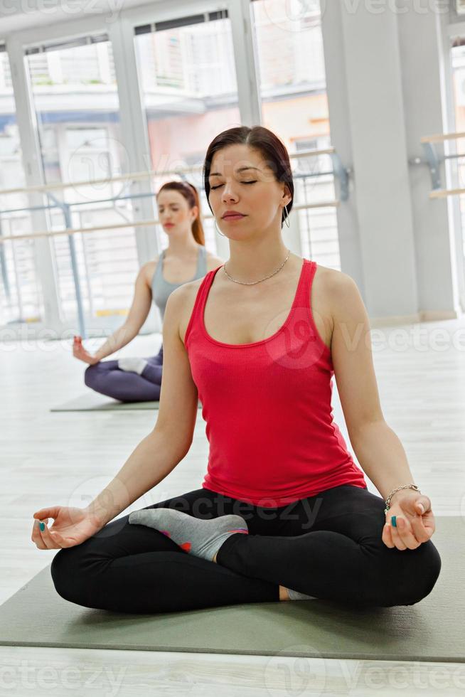 due donne che fanno yoga foto