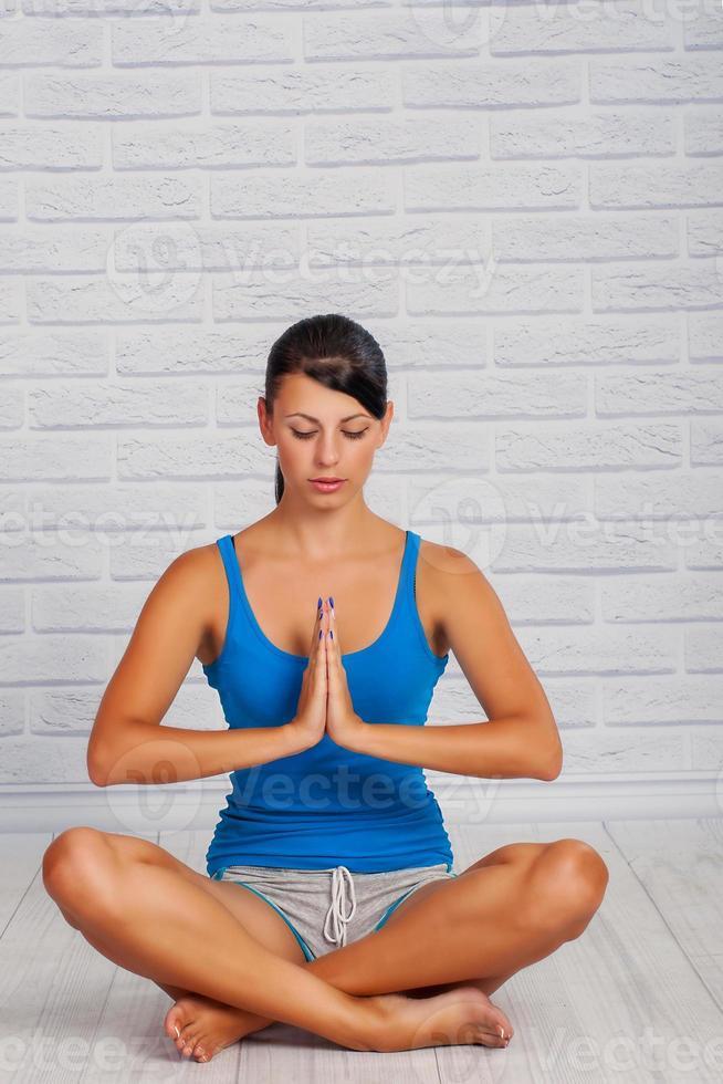 la ragazza è impegnata nello yoga foto