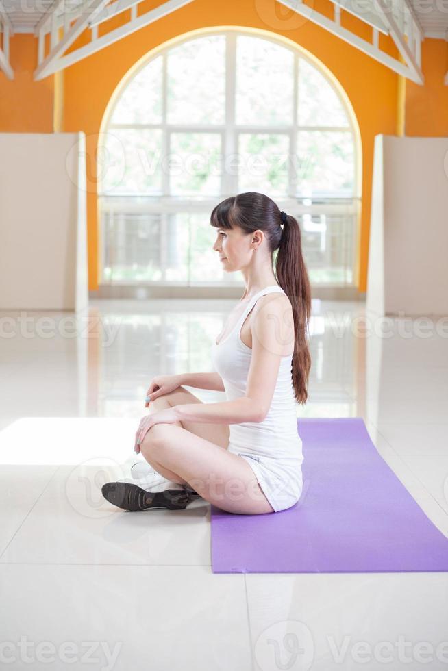 donna fitness sport facendo esercizi di yoga in palestra foto
