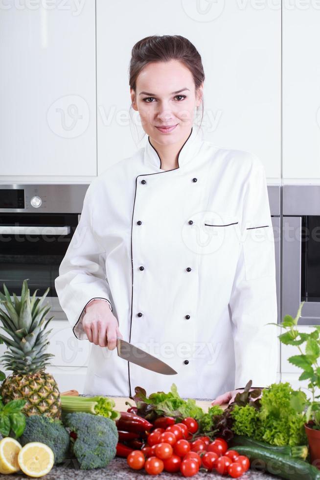 donna cucinare in cucina foto