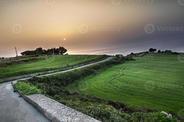 paesaggio al tramonto in sicilia. foto