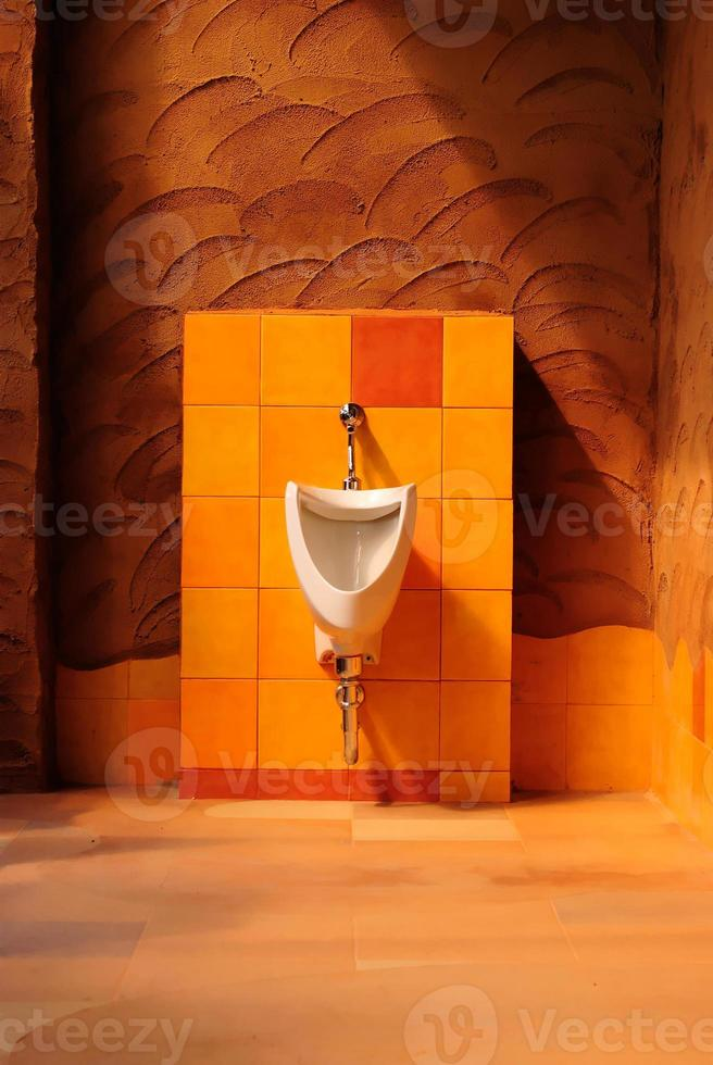 bagno moderno interno con fila di orinatoi foto