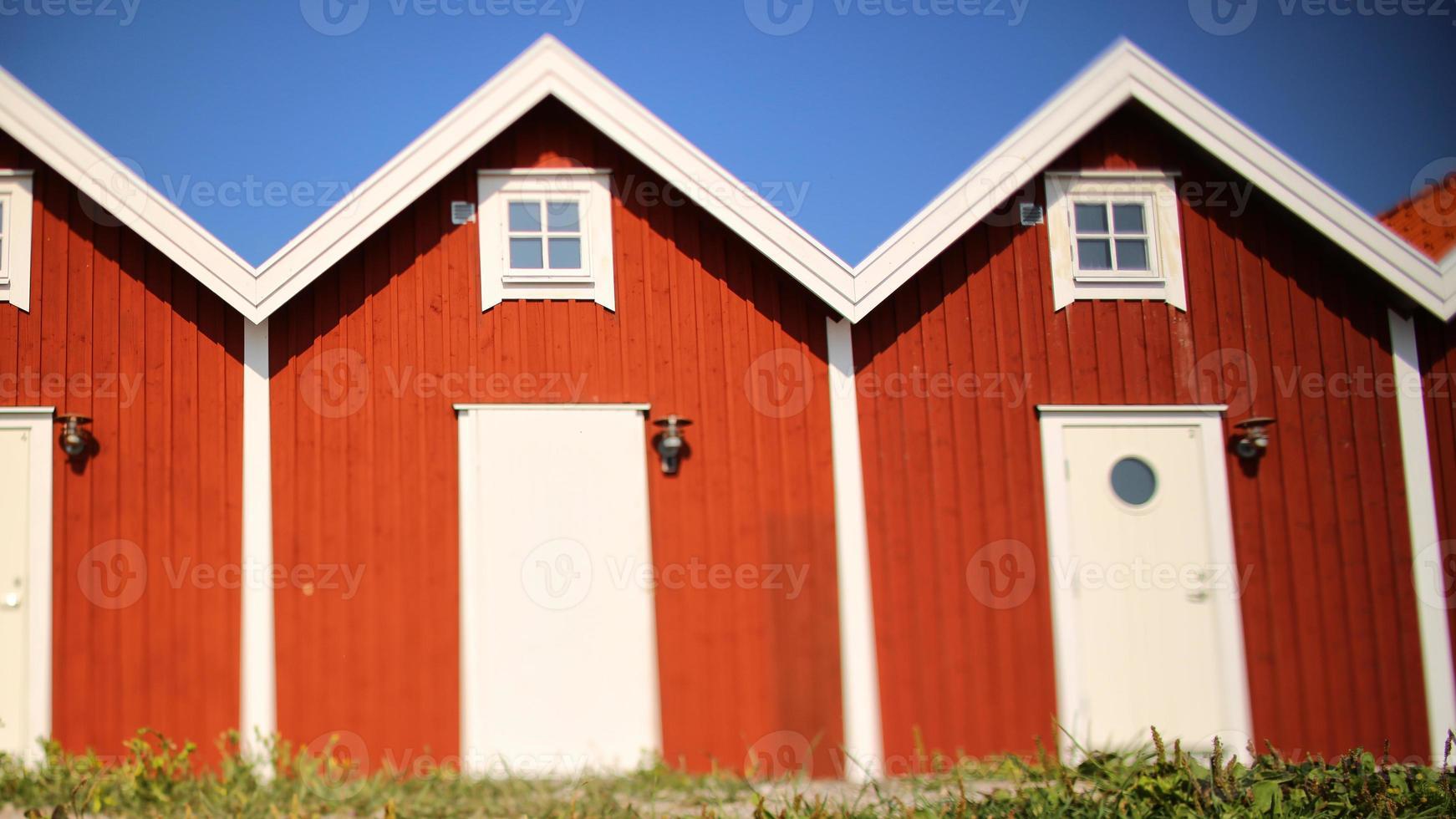 case rosse in fila, con cielo blu foto