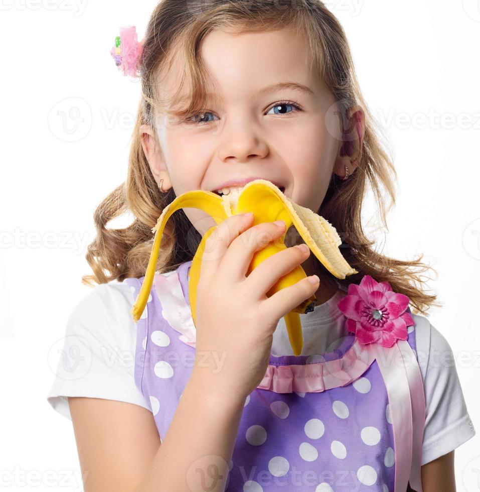 ragazza che mangia banana foto