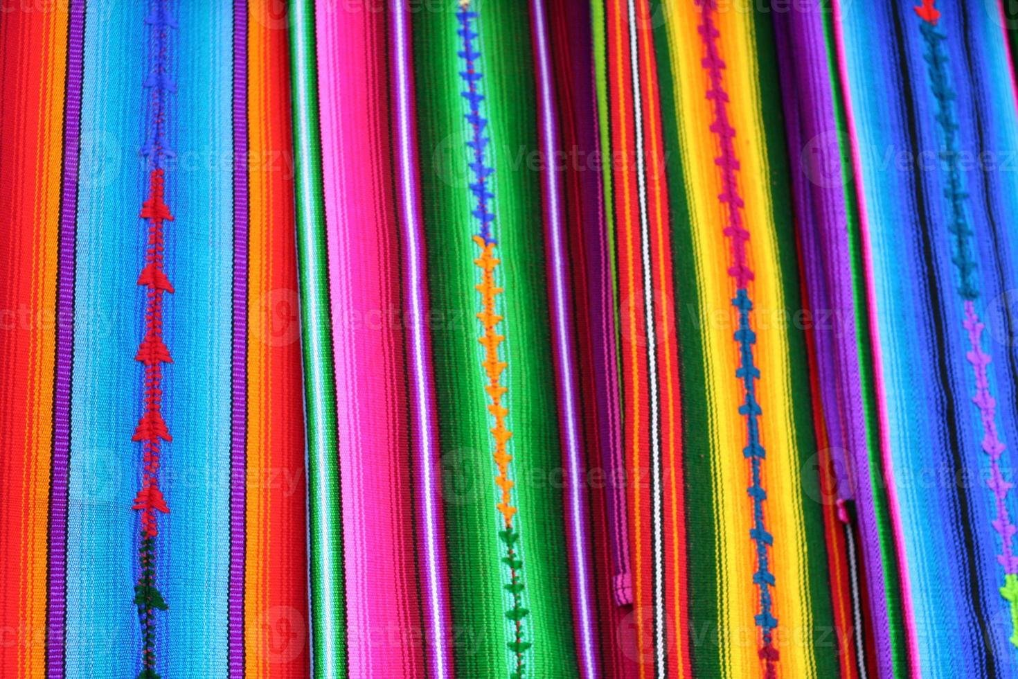 tessuti Maya colorati guatemala nel mercato di Antigua foto