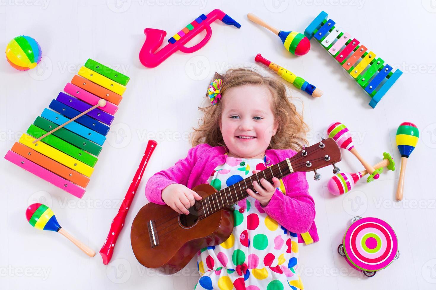 ragazza carina con strumenti musicali foto