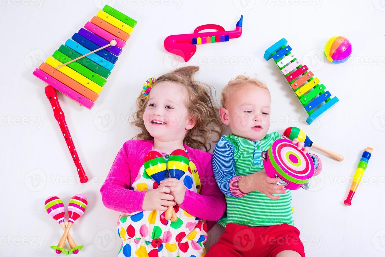 bambini carini con strumenti musicali. foto