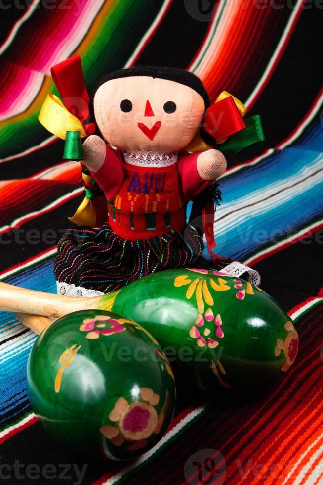 bambola messicana con maracas foto