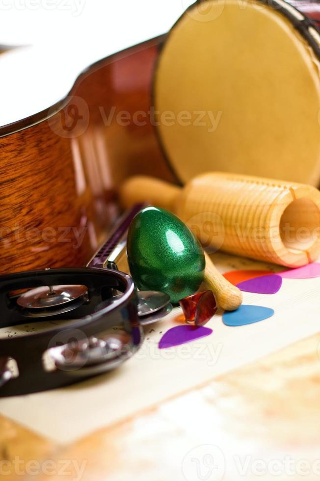 shaker di uova verdi tra gli altri strumenti foto