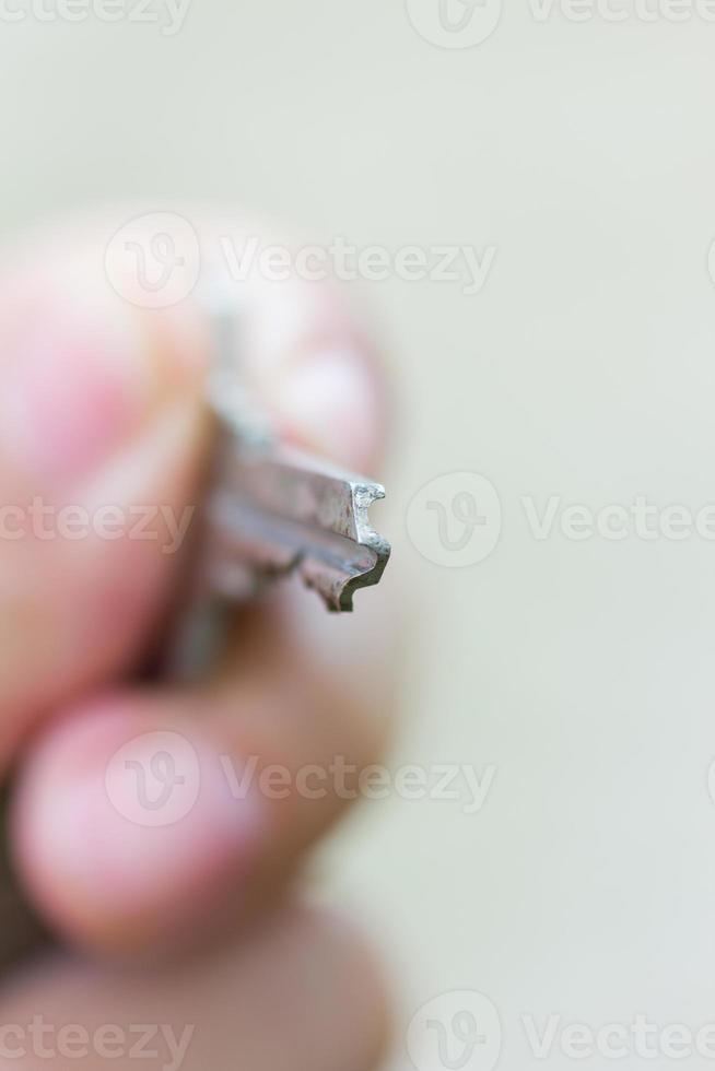 primo piano della chiave in mano per aprire foto