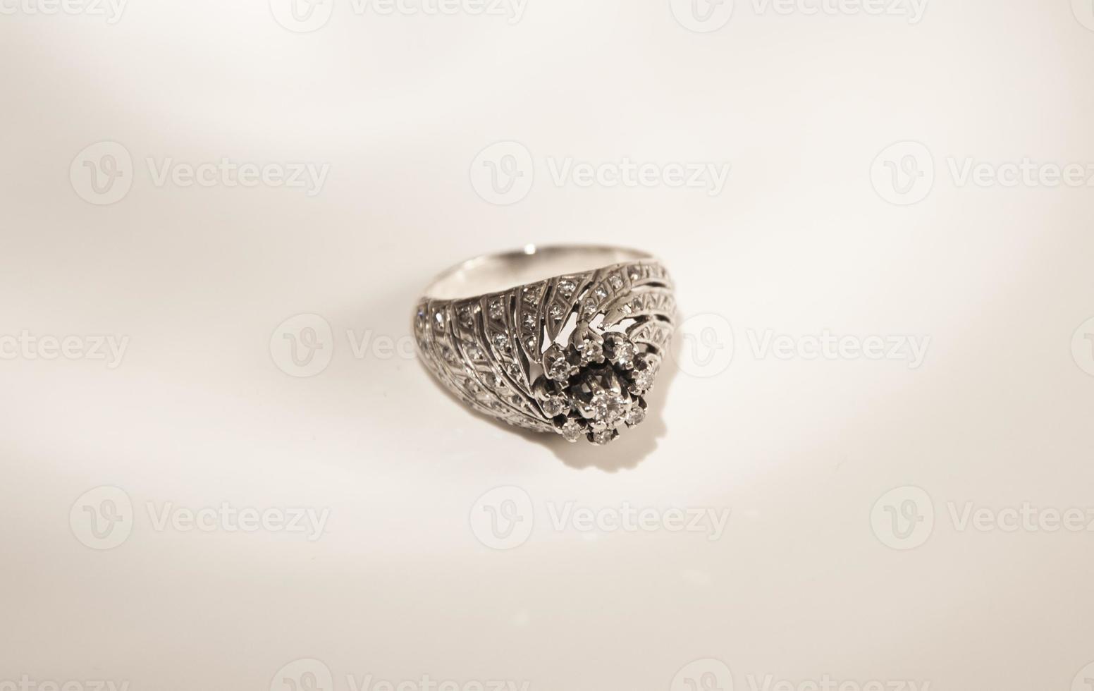 prezioso anello sposato foto