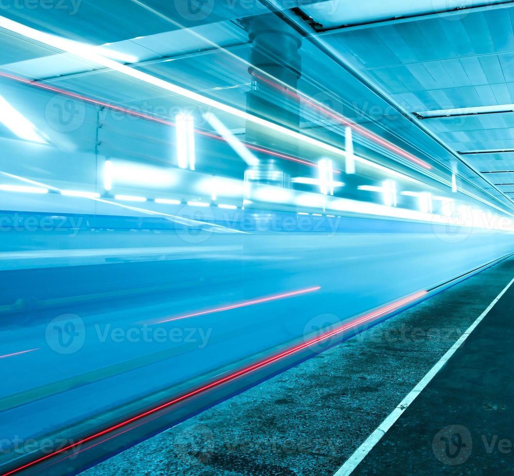 treno in rapido movimento su piattaforma sotterranea foto