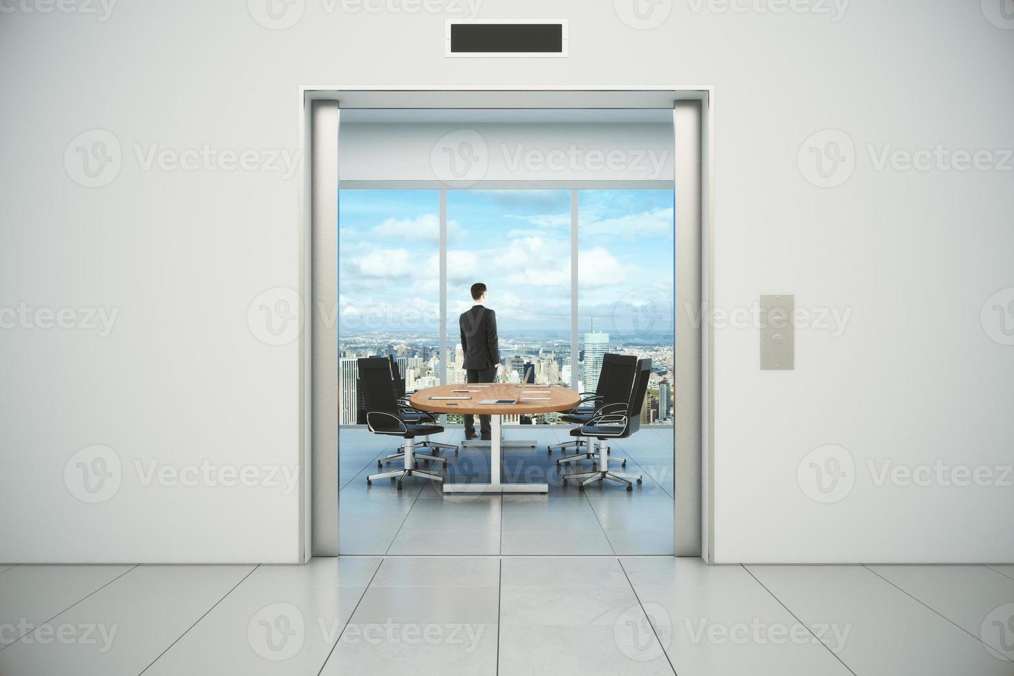 moderna sala conferenze con vista sulla città e uomo d'affari foto