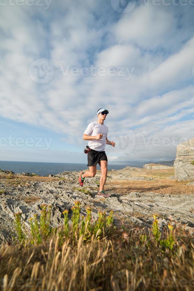 uomo che pratica il trail running foto