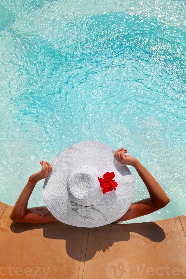 donna che si distende in una vasca idromassaggio all'aperto foto