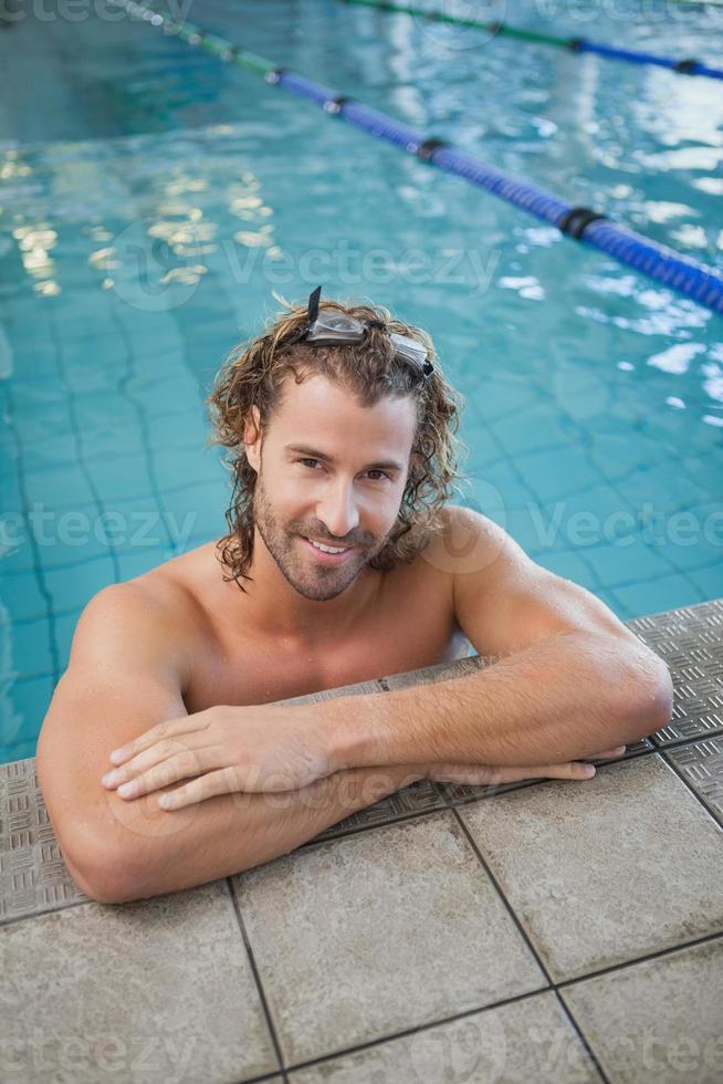 ritratto di un nuotatore in forma in piscina foto