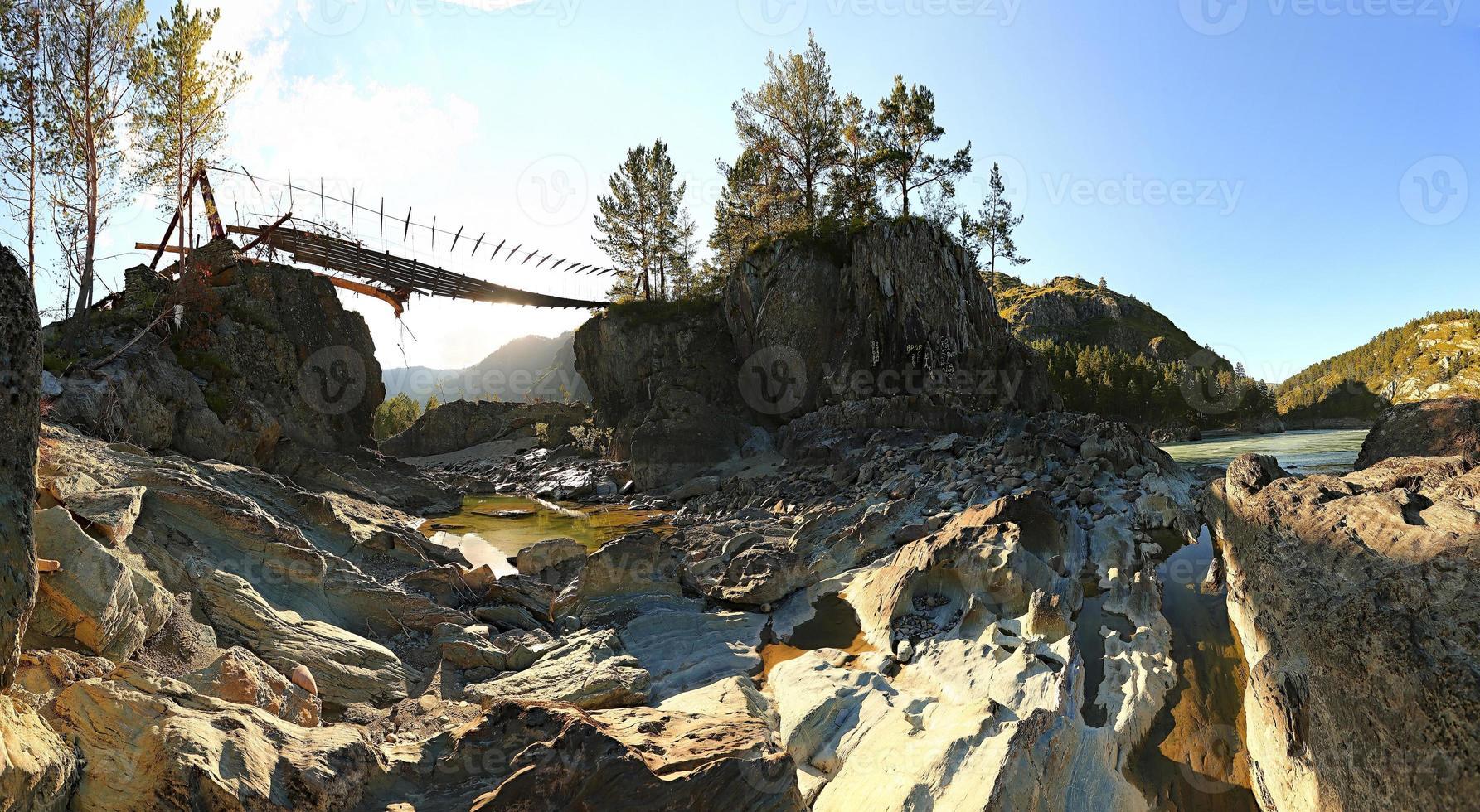 ponte sospeso sul fiume di montagna. sera. paesaggio estivo. p foto