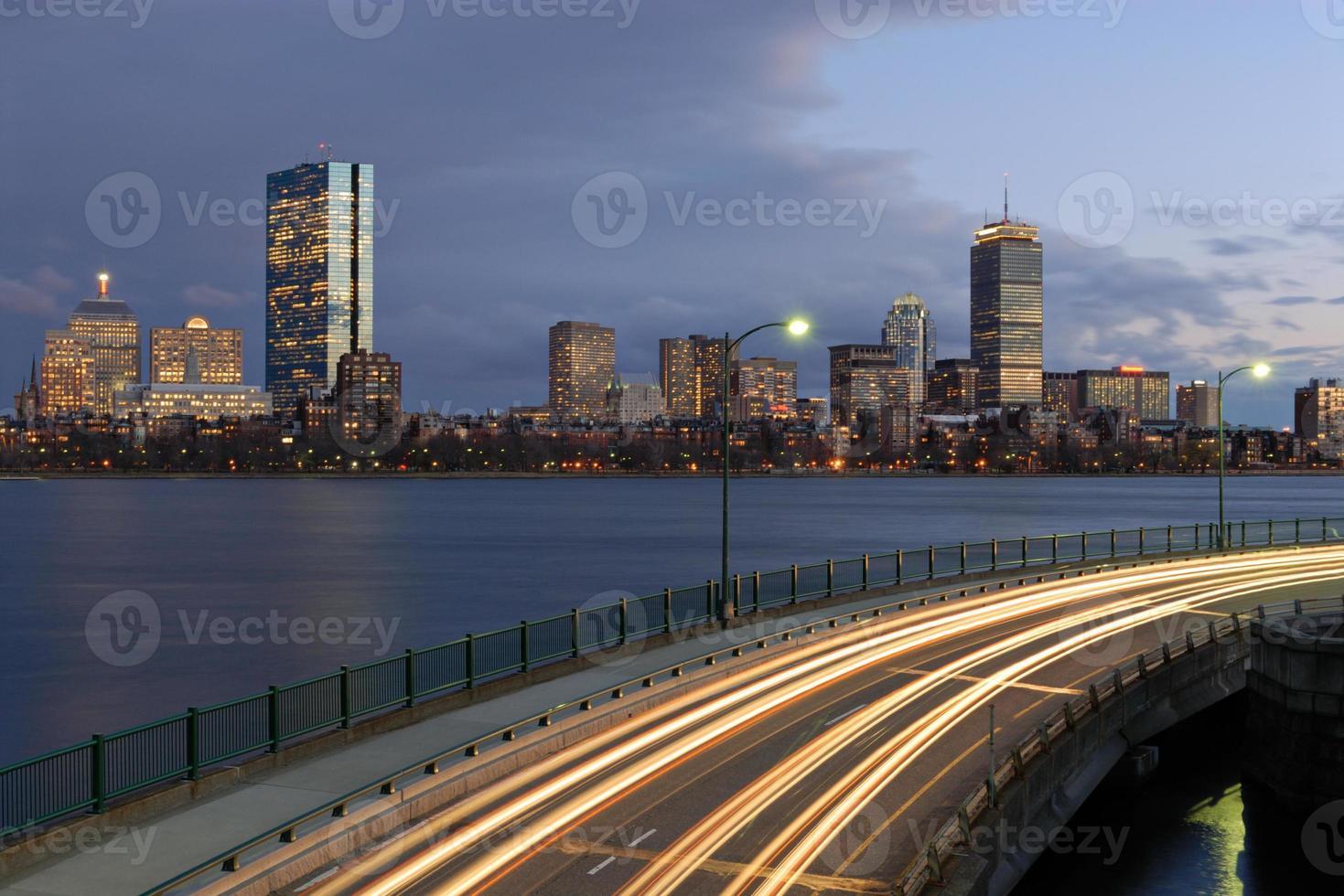 Boston di notte da Cambridge foto