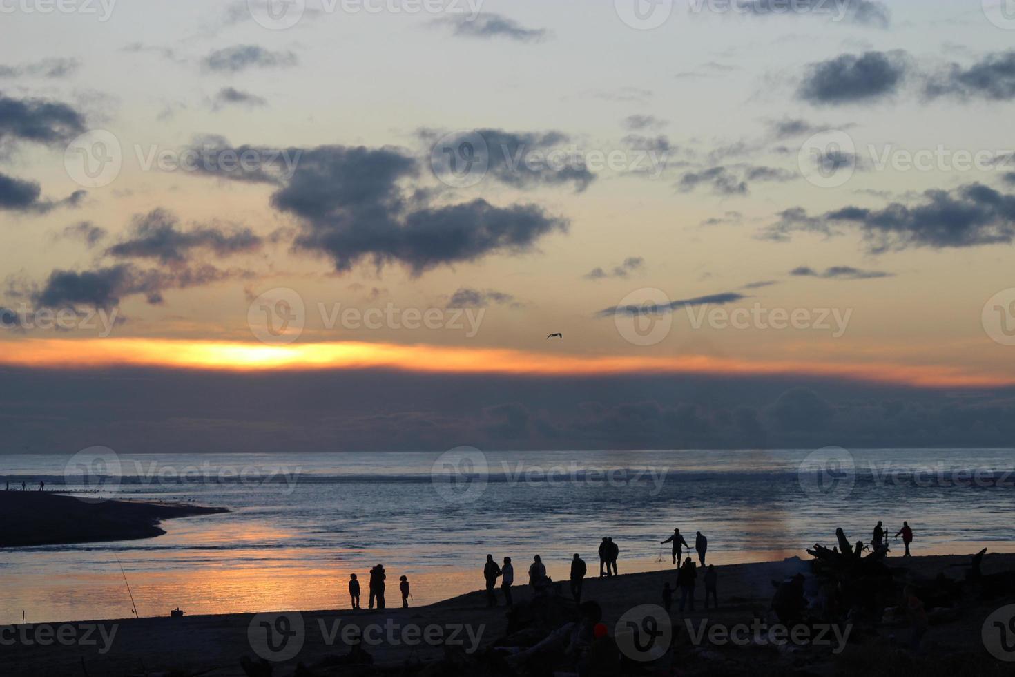fuoco al tramonto sulla spiaggia foto