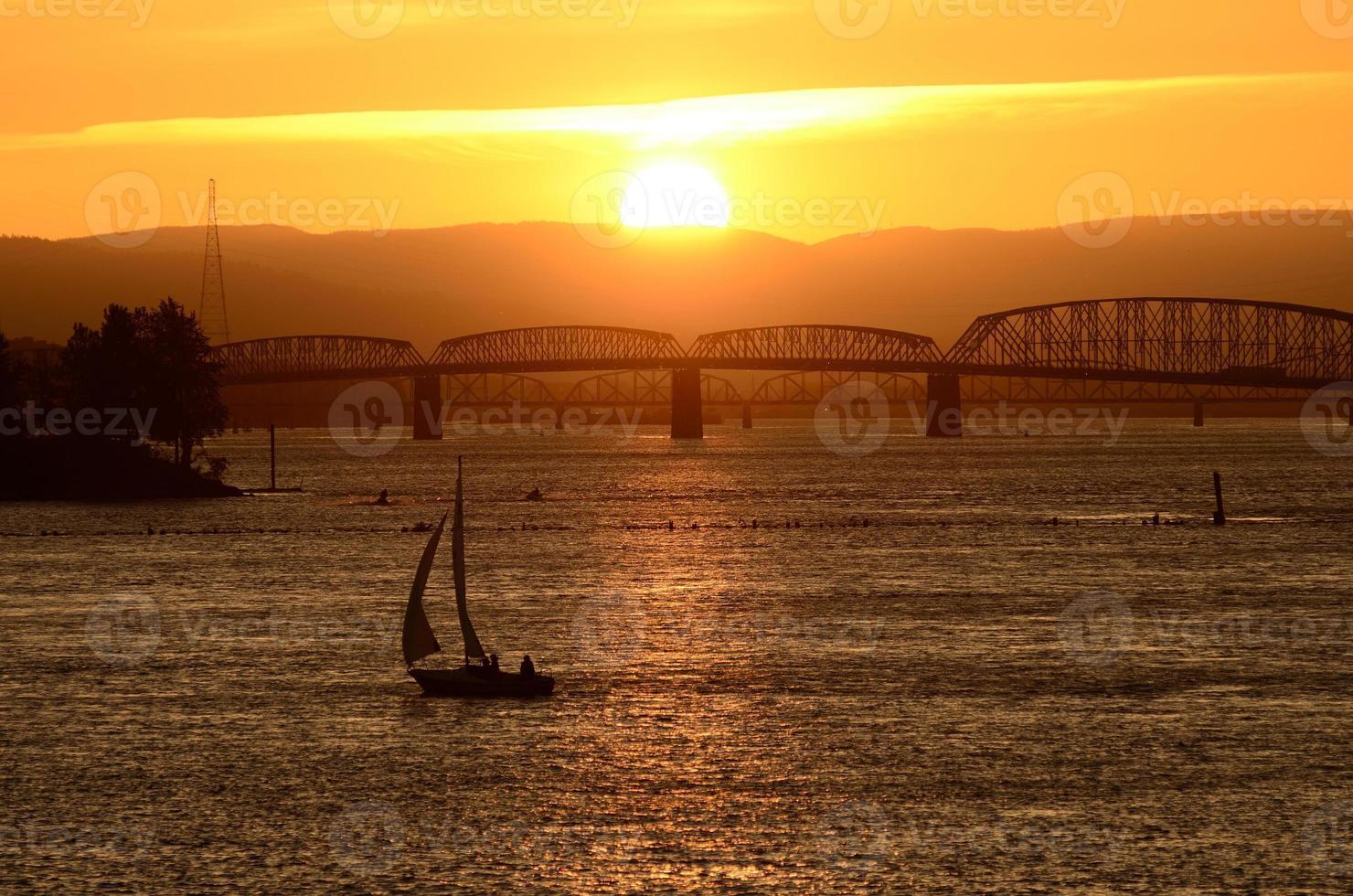 tramonto in barca a vela foto