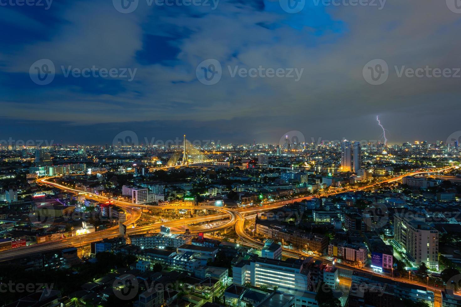 Superstrada di Bangkok con fulmine, Bangkok, Tailandia foto
