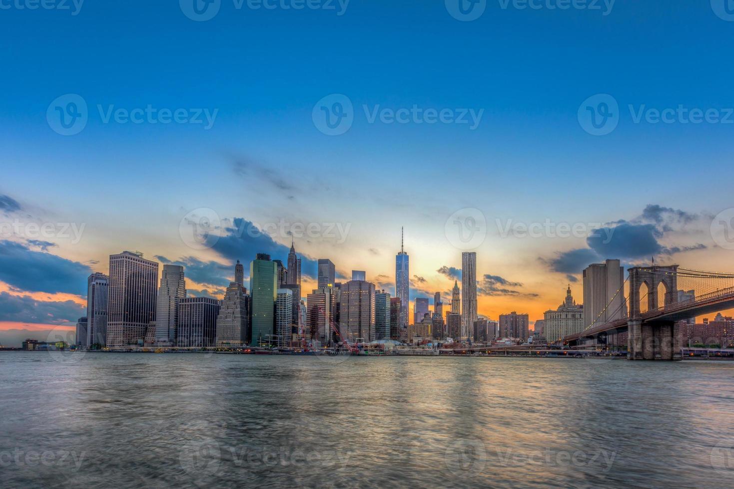skyline di downtown new york city e ponte di brooklyn. foto