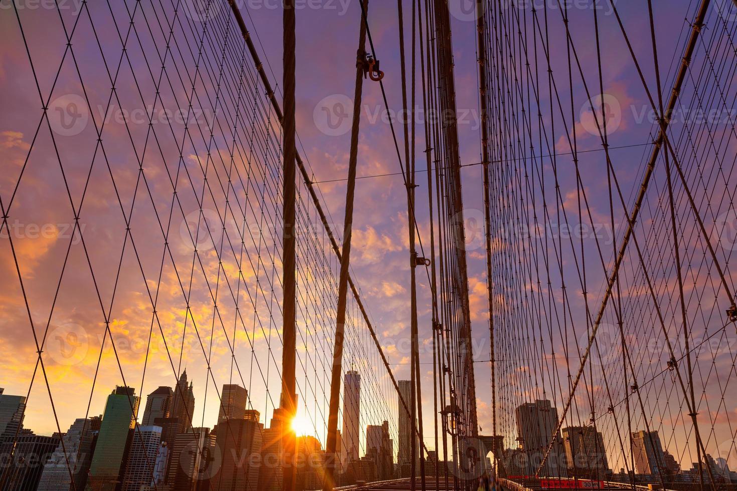ponte di brooklyn tramonto con manhattan skyline noi foto