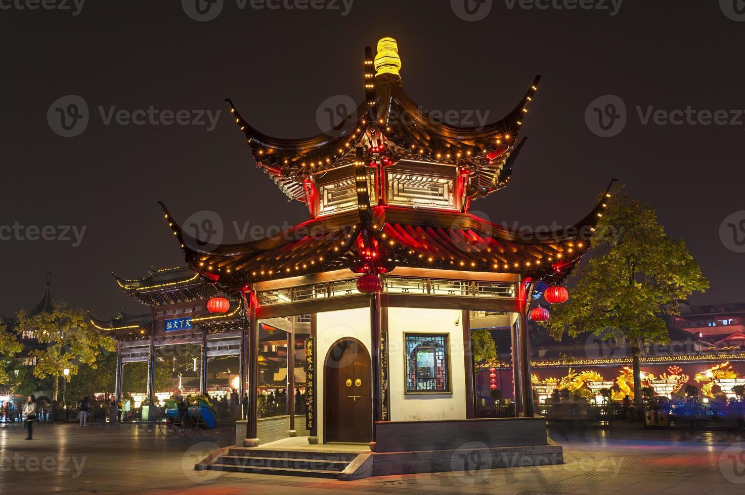 il padiglione di notte nel tempio confuciano foto