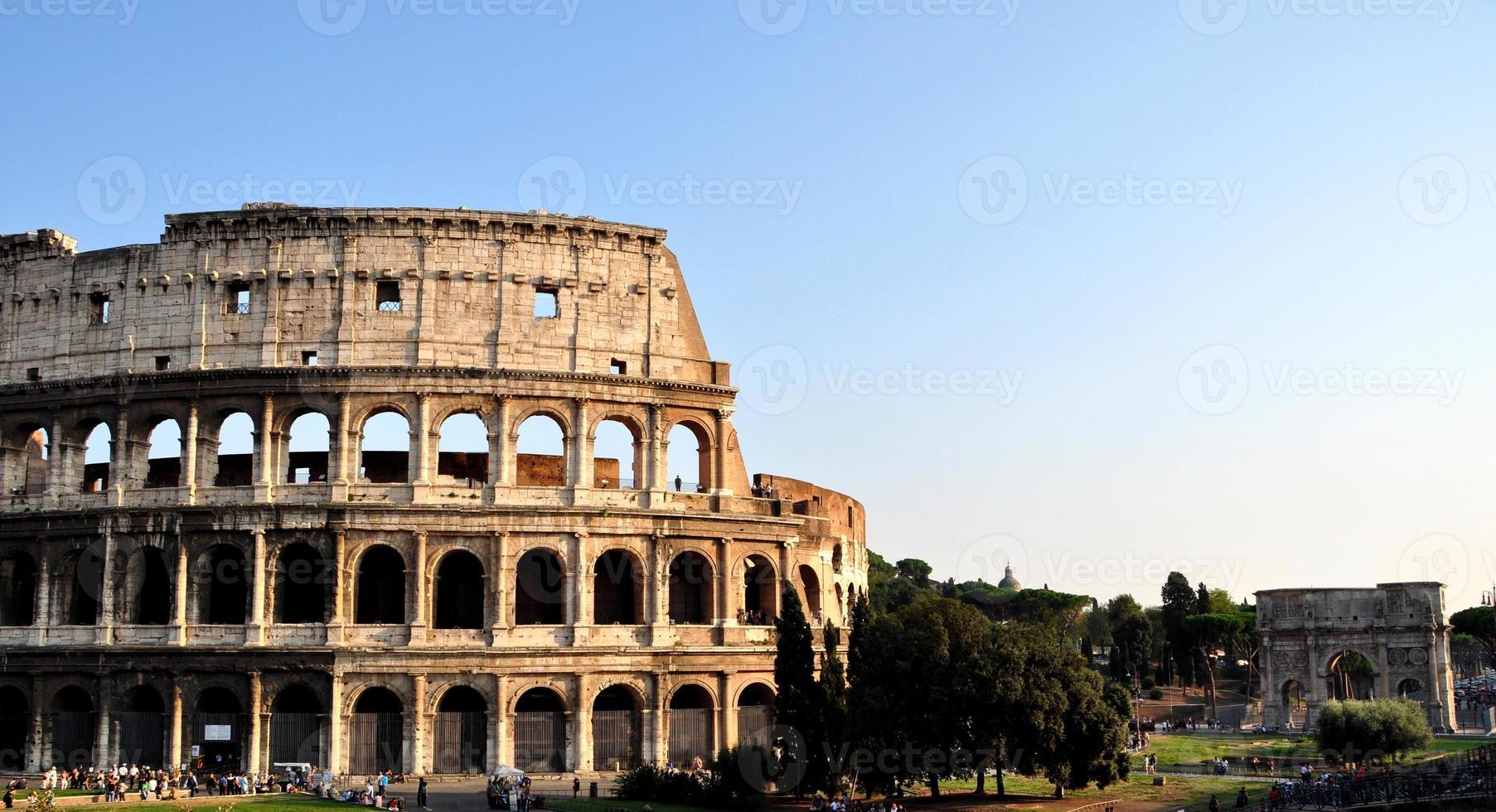 il colosseo romano e l'arco di costantino foto