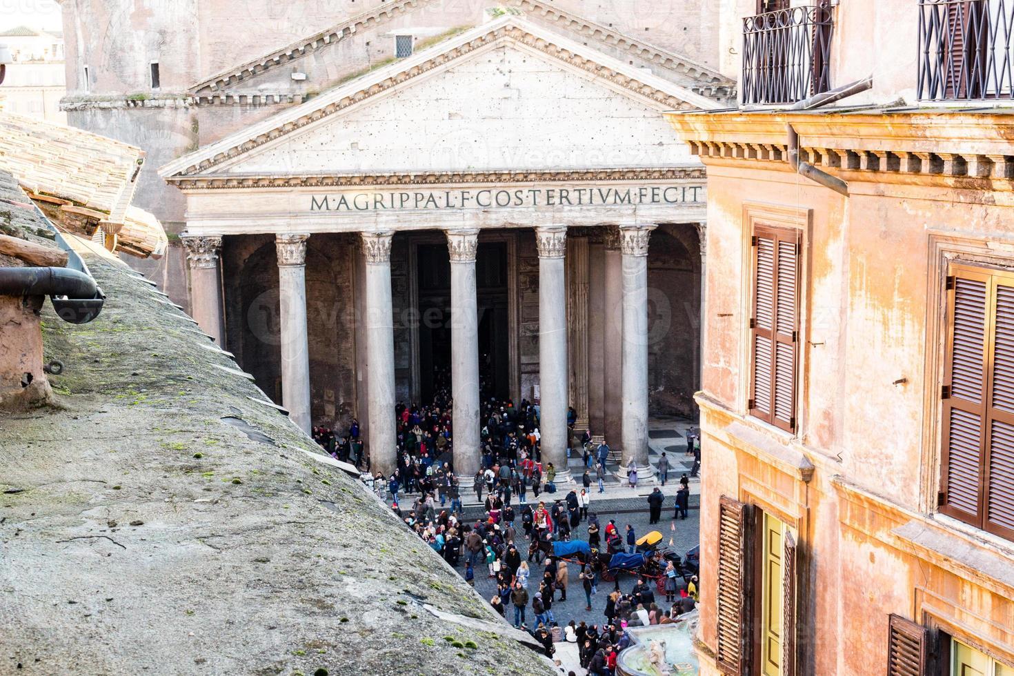 finestre dell'edificio storico e vista sul pantheon foto