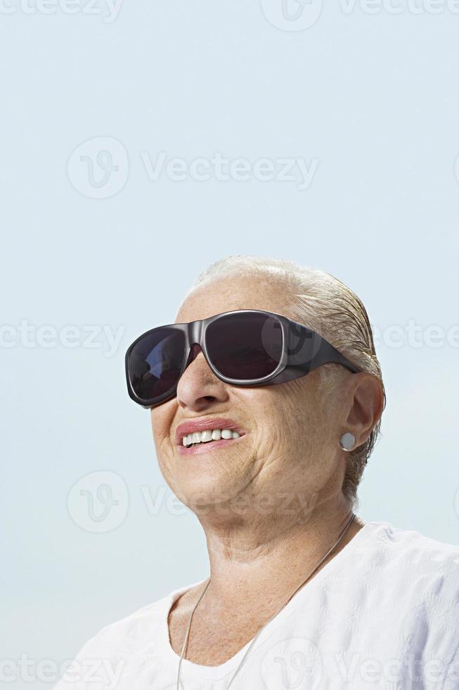 donna che indossa grandi occhiali da sole foto