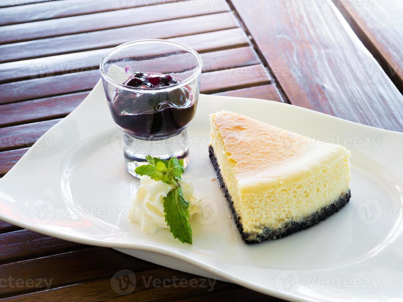 Cheesecake fresca di New York con marmellata di mirtilli foto