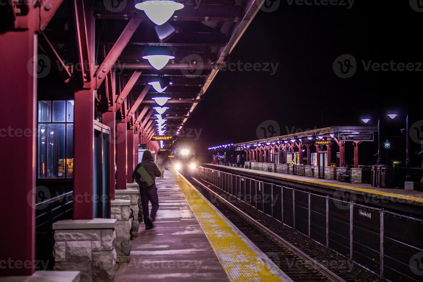 stazione ferroviaria di notte foto