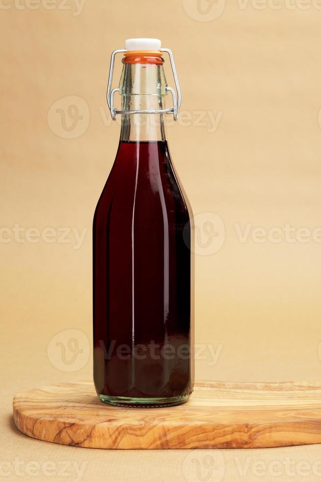 vino rosso fatto in casa in una bottiglia classica foto