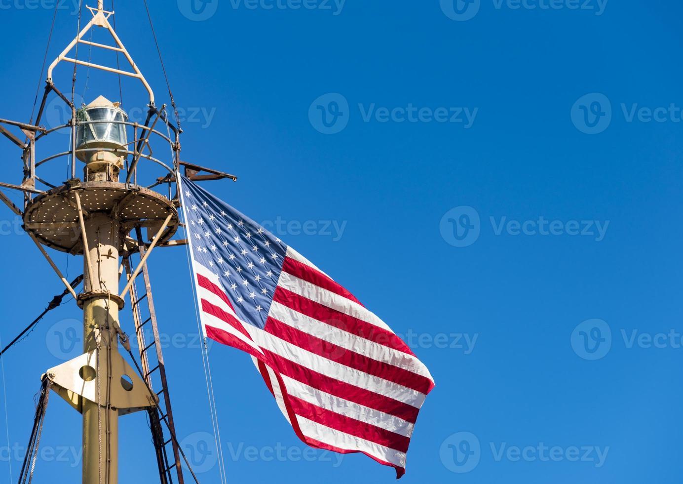 bandiera degli stati uniti d'america nell'albero della nave foto