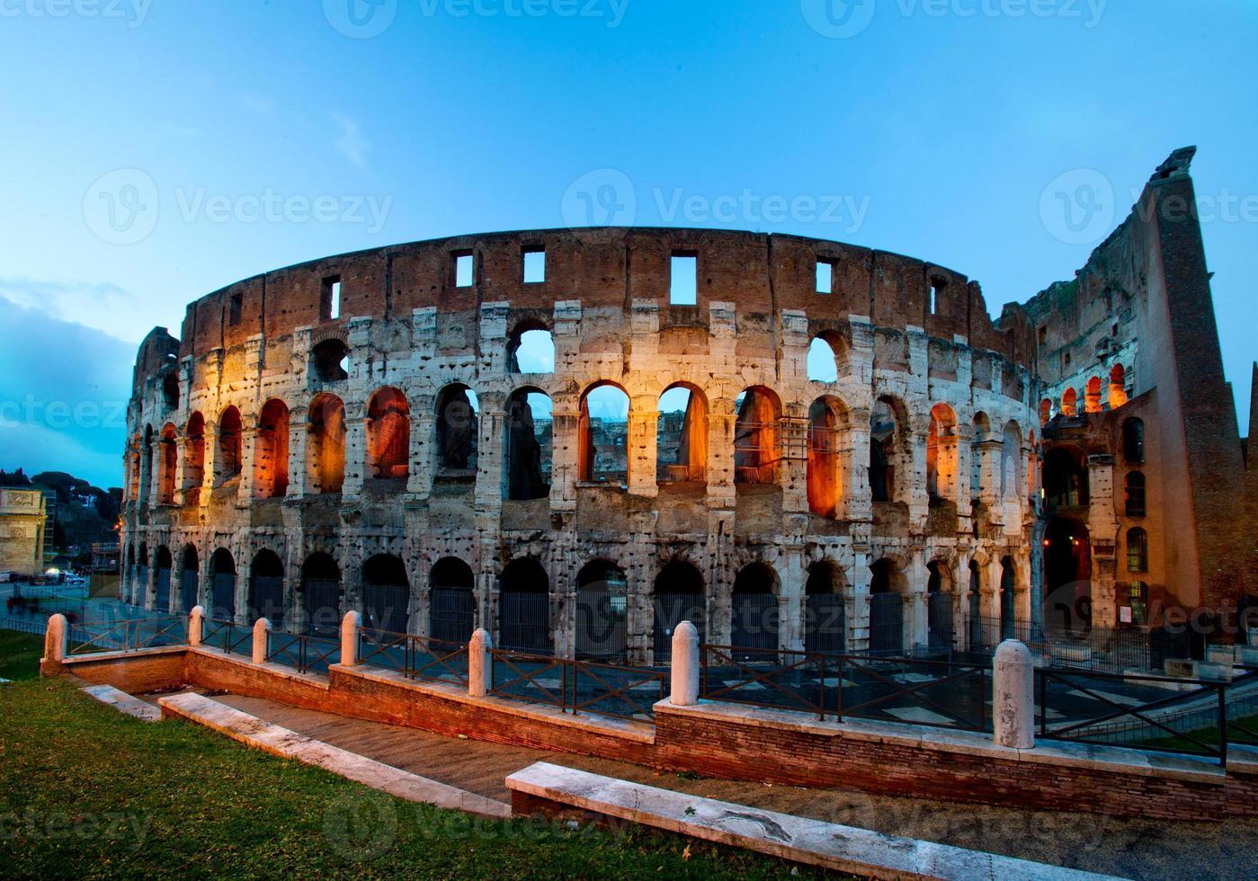 Colosseo di notte con traffico, roma italia foto