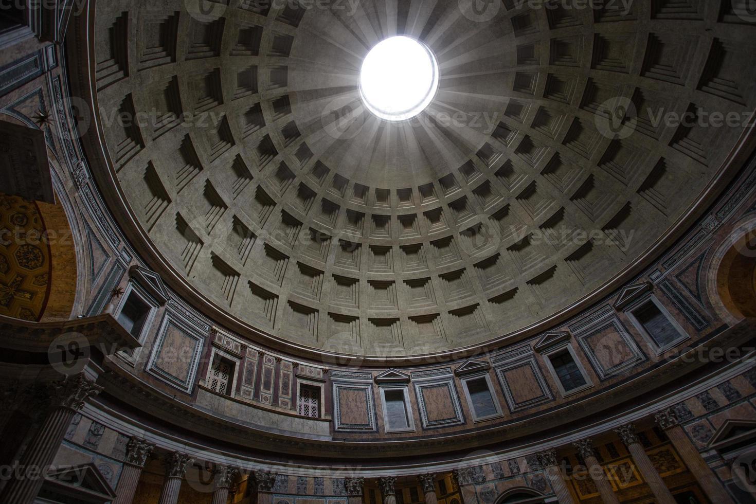 raggio di luce che splende attraverso l'occhio del pantheon foto