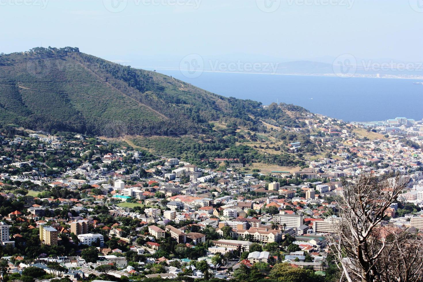 città del capo, atlantico, vista dalla montagna della tabella, sotto cielo blu foto