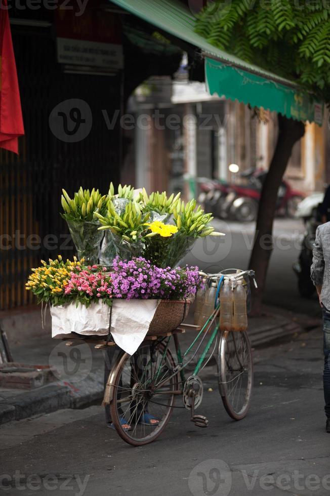 fiorisce il venditore ambulante alla città di Hanoi, Vietnam. foto