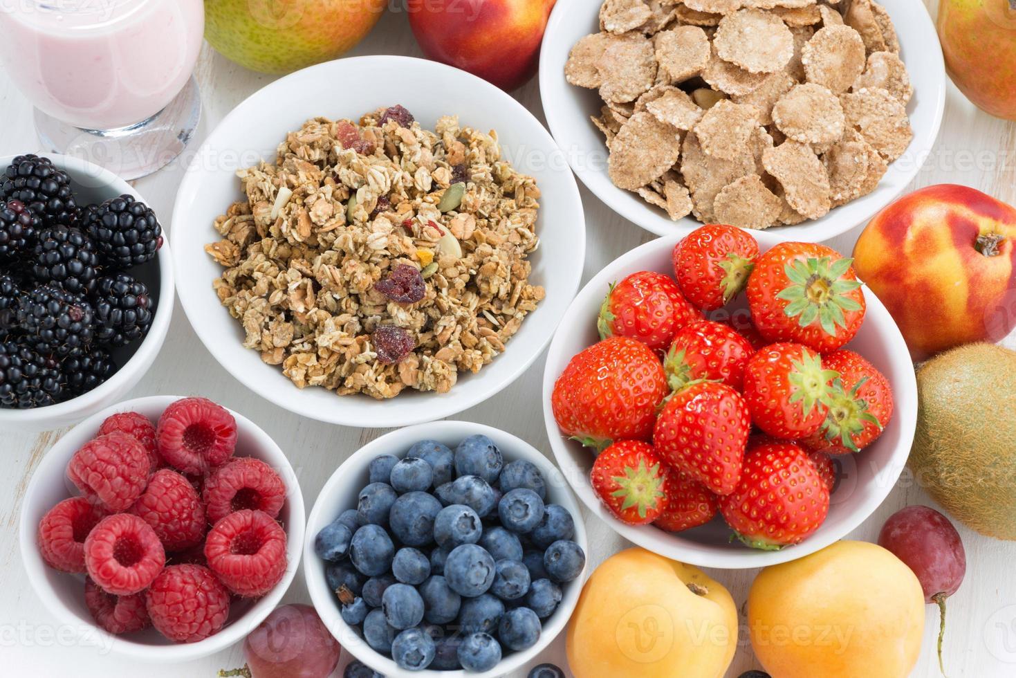 frutti di bosco freschi, frutta e muesli, vista dall'alto foto